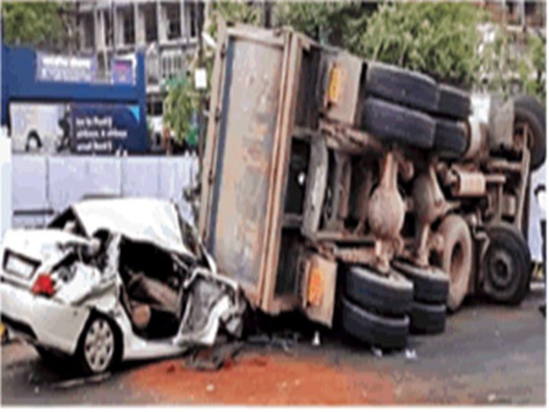 Bhopal Accident : MP नगर में चलती कार पर पलटा डंपर, चकनाचूर होने के बाद भी बच गई जान