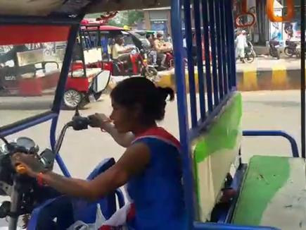 women empowerment : बेटे को फौजी बनाने के लिए दिव्यांग मां ने थामा ई-रिक्शा