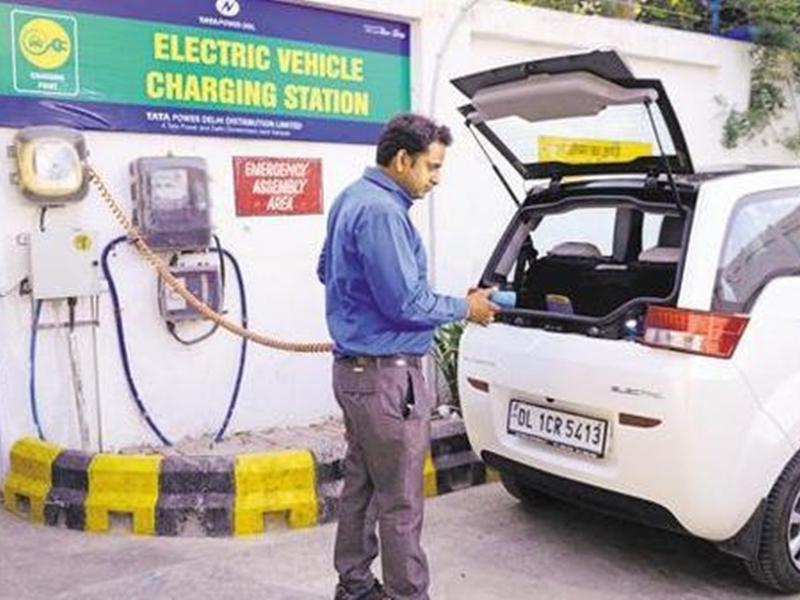 ई-वाहन सस्ते होने की उम्मीद, GST काउंसिल कर रहा इस बात पर विचार