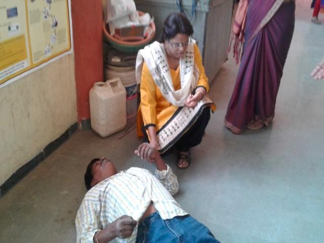 Indore LokSabha Election 2019 : मतदान के दौरान कर्मचारी बेहोश, डॉक्टर ने ऐसे बचाई जान