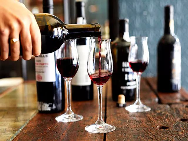 Viral News: ऑर्डर की थी सस्ती वाइन, वेटर ने गलती से सर्व कर दी 3.51 लाख की बोतल और फिर...