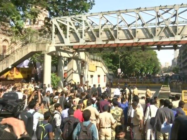 CST Bridge Collapse का CCTV वीडियो आया सामने, दुर्घटनास्थल पहुंचे फडणवीस