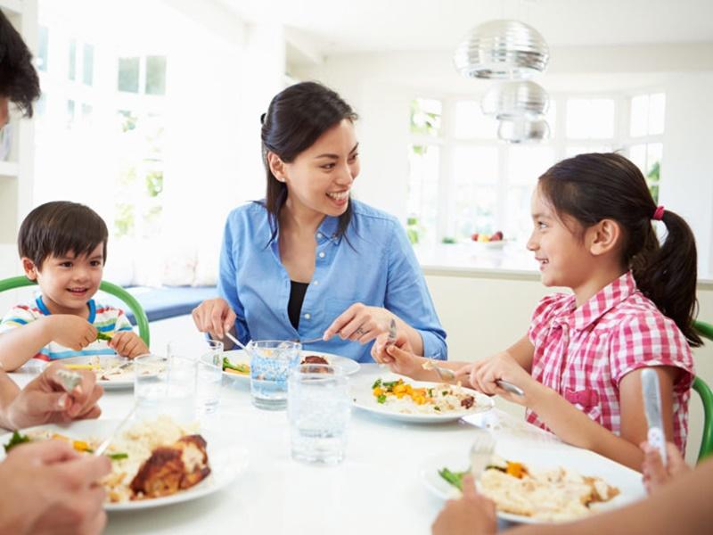 जब दोस्तों या परिवार के साथ होते हैं लोग, तो खाते हैं 50 फीसद तक ज्यादा खाना