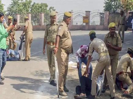 Gujarat : महुआ में आंदोलन कर रहे किसानों पर लाठीचार्ज, 30 गिरफ्तार