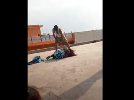 VIDEO: पिता ने इतना मारा कि बच्ची ने दूसरी मंजिल से लगा दी छलांग