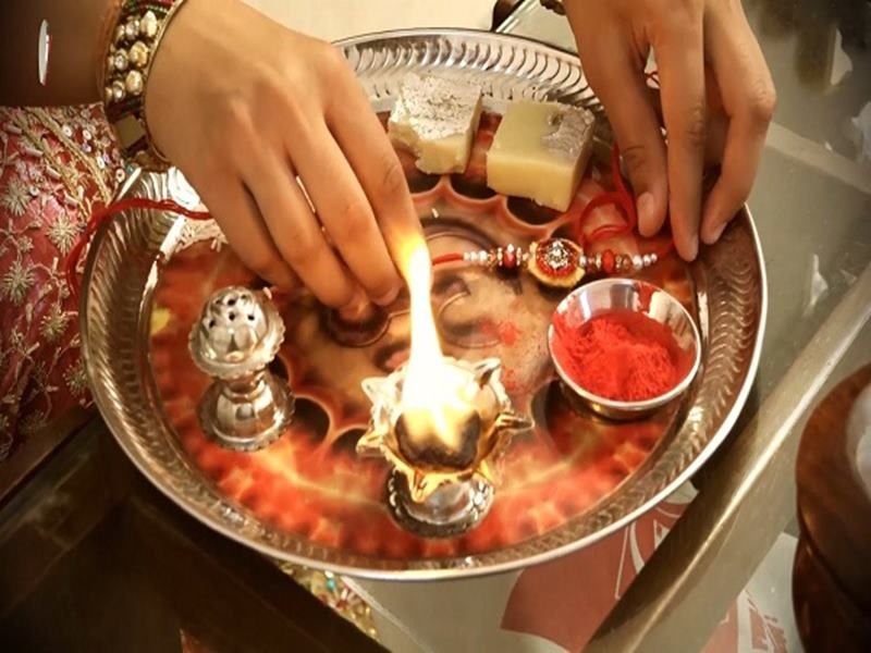 Happy Raksha Bandhan 2019: मुहूर्त ही नहीं राशि के अनुसार अपने भाई को बांधे राखी, इन रंगों का रखे खास ख्याल