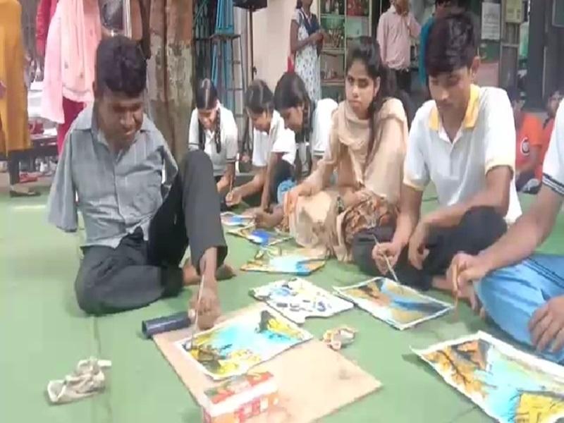 Bhilai : कमाल के फाइन आर्ट टीचर, पैरों से बना देते हैं पेंटिंग