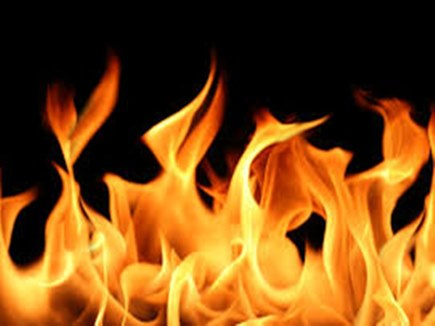 संपत्ति विवाद में बहू ने सास के ऊपर मिट्टी का तेल डालकर लगाई आग