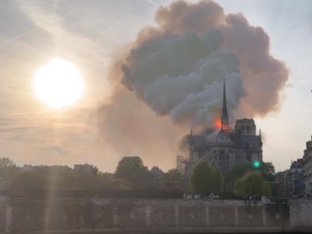 पेरिस में 12वीं सदी के ऐतिहासिक चर्च में भीषण आग