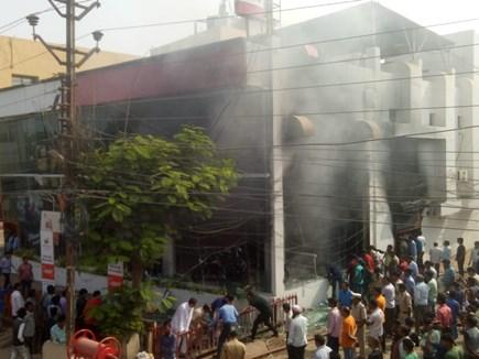 VIDEO : बिलासपुर में कपड़े की दुकान और बाइक शो रूम में लगी आग