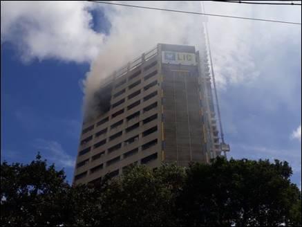 कोलकाताः एलआईसी बिल्डिंग में भीषण आग, पहुंची दमकल की 10 गाड़ियां