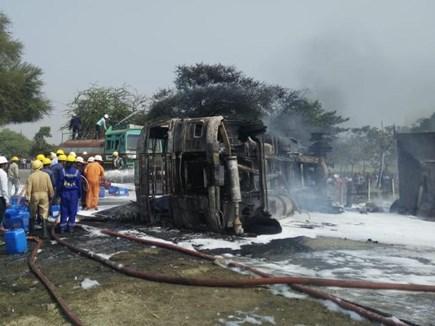 Video इंदौर : पेट्रोल टैंकर और कार की टक्कर, फिर लगी ऐसी आग
