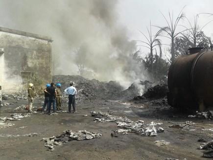 VIDEO कोरबा : गोदाम में रखी प्लास्टिक बोरियों में लगी भीषण आग