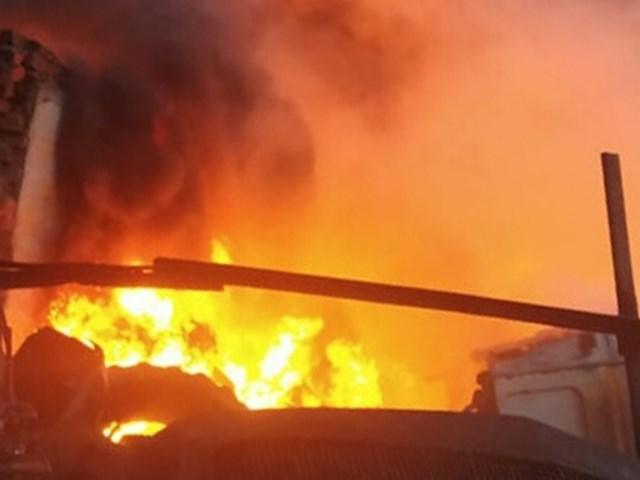 VIDEO: भोपाल के न्यू कबाड़खाना इलाके में टायर गोडाउन में भीषण आग
