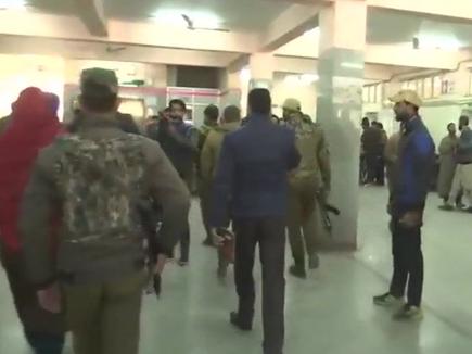 J&K: अस्पताल पर आतंकियों की फायरिंग, दो पुलिसकर्मी  शहीद