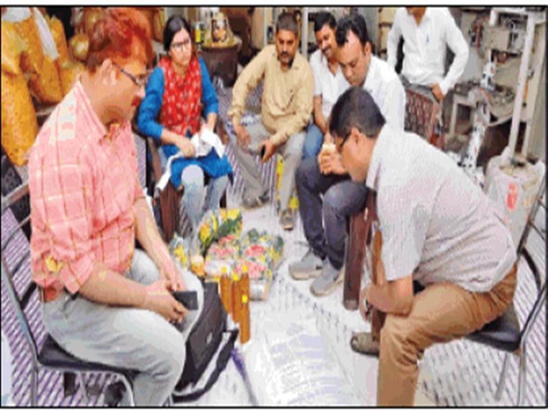 Gwalior News : फैक्ट्री में मिली मिसब्रांड टॉफी की खेप, सड़ा मटेरियल कराया नष्ट