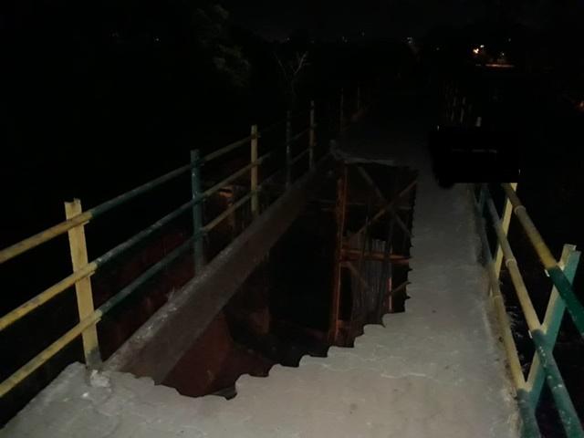 मुंबई में  फुटओवर ब्रिज क्षतिग्रस्त ,दो लोग घायल