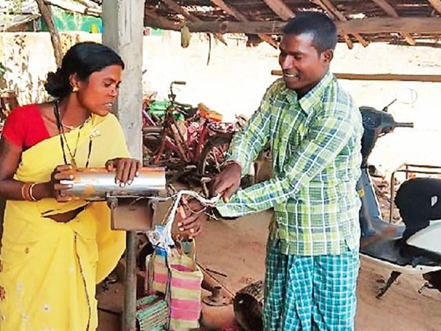 Chhattisgarh: निरक्षर दंपती से पढ़े-लिखे ले रहे ट्रेनिंग, ताकि शुरू कर सकें खुद का रोजगार