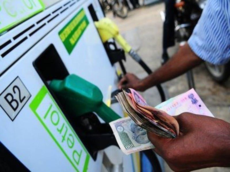 लगातार तीसरे दिन सस्ता हुआ पेट्रोल, जानिए आज डीजल की क्या है कीमत