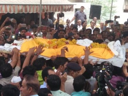 भय्यू महाराज को अंतिम विदाई देने पहुंची कई हस्तियां