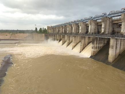 धमतरी क्षेत्र में गंगरेल बांध हुआ लबालब, 5 गेट से बहाया जा रहा पानी