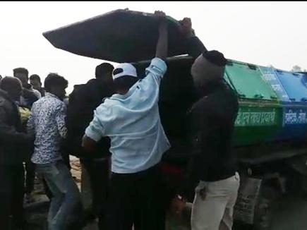 इंसानियत शर्मसार : धार में शव को कचरा वाहन में रख पोस्टमार्टम के लिए लाए
