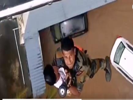 VIDEO: इस गरूड़ कमांडो ने जान पर खेलकर बचाई बाढ़ में फंसे मासूम की जान