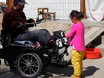 छह साल की बेटी मां की तरह रखती है लकवाग्रस्त पिता का ख्याल, वीडियो से बनी स्टार