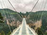 जनता के लिए खुला जमीन से 218 मीटर ऊपर बना कांच का ब्रिज