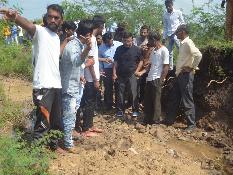 खंडवा जिले के गोकुल गांव में भूगर्भीय हलचल, जमीन से निकल रही पीली मिट्टी