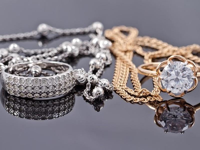 Gold Price Today: धनतेरस के पहले सोने और चांदी के दाम घटे, जानिये आज क्या रहीं कीमतें