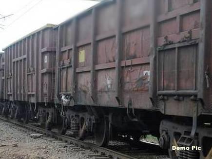 नक्सलियों ने रेलवे ट्रैक पर डाला पेड़, दुर्घटनाग्रस्त होने से बची मालगाड़ी
