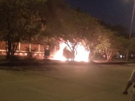 VIDEO इंदौर में दोपहिया वाहन में आग लगने से सनसनी