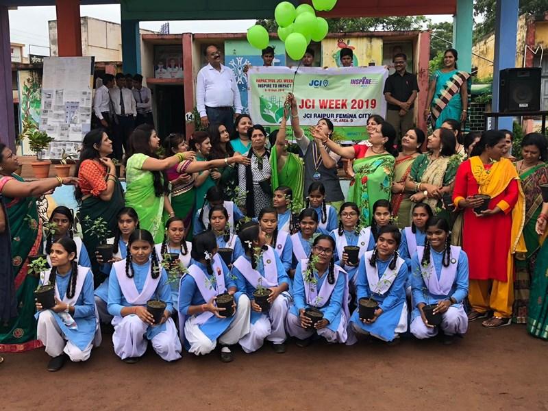 VIDEO : लोकनृत्य और संगीत के साथ स्कूली बच्चों ने दिया ग्रीन इंडिया का संदेश