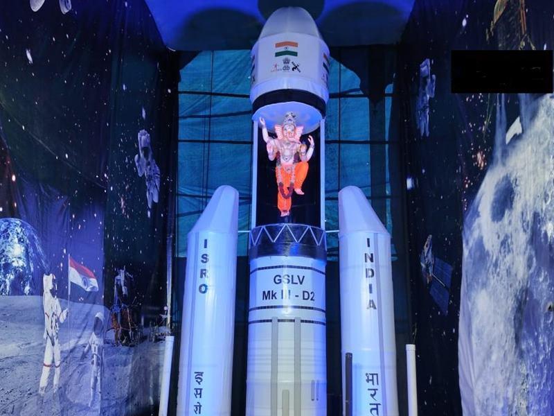 Chandrayaan-2 Moon Landing : रॉकेट की झांकी सजाई, 5 फीट की गणेश प्रतिमा बैठाई, देखें तस्वीरें