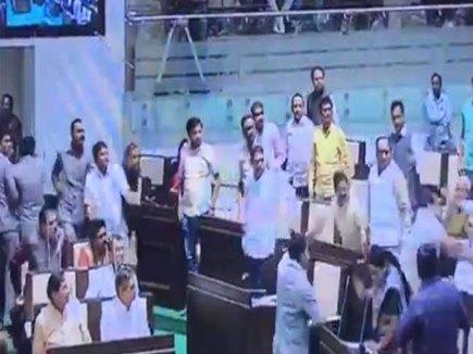 VIDEO: गुजरात विधानसभा में भिड़े विधायक, मारा माइक
