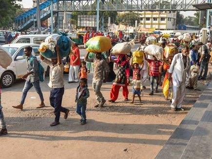 घर लौट रहे उत्तर भारतीयों ने सुनाई आपबीती, कहा- साहब, न भागते तो मार दिए जाते