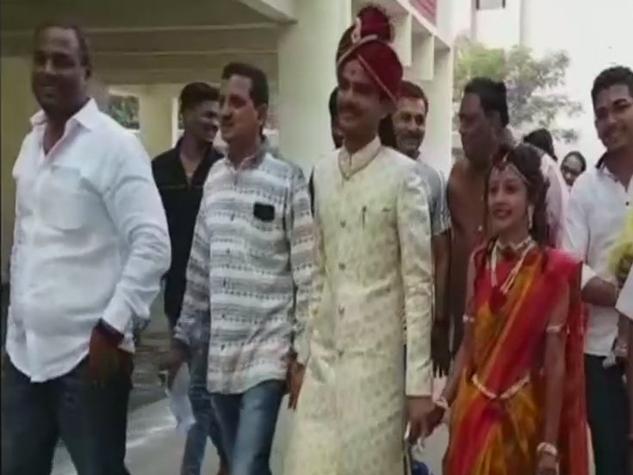क्रिकेटर से लेकर शादी के जोड़े में कपल तक पहुंचा गुजरात में वोटिंग करने