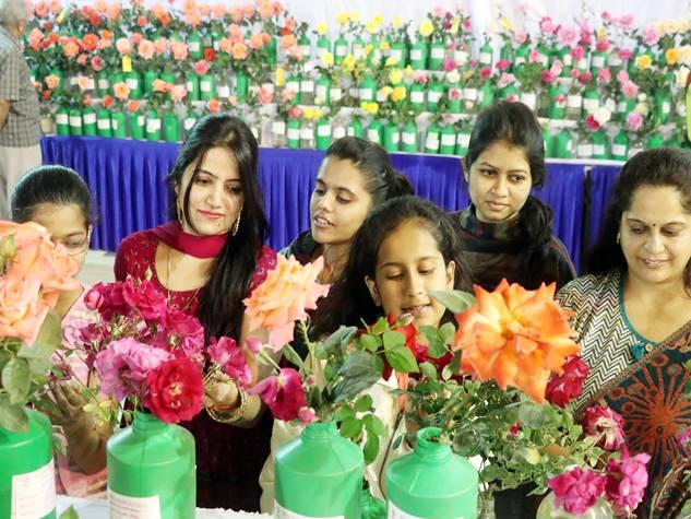 गुलाबों की खुशबू से महकी इंदौर की फिजा