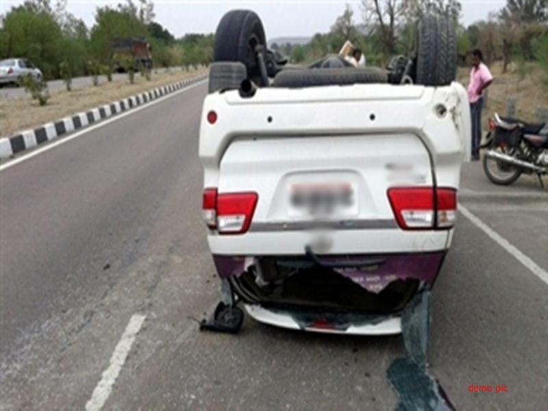 गुना के पास स्टॉपर से टकराकर पलटी कार, दो लोगों की मौत, तीन घायल