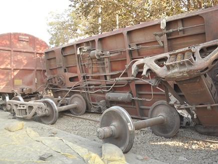 गुना में बोरियां उतारते समय पलटी मालगाड़ी की वैगन, 6 घायल