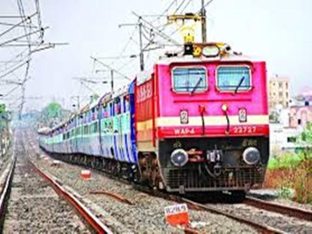 Guna district : इंजन में तार फंसने से चार घंटे रुकी रही इंटरसिटी एक्सप्रेस