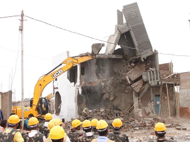 इंदौर पुलिस का अभियान, धराशायी किए गुंडों के मकान