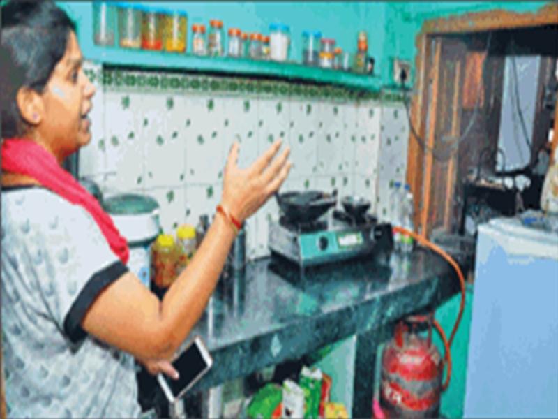 चोरी नहीं कर पाया तो चोर पूरे मोहल्ले में लगे CCTV फोड़े