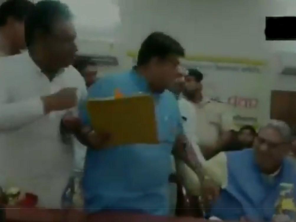 VIDEO: हरियाणा में परिवहन मंत्री की बैठक में भाजपा विधायक का हंगामा, राज्य पुलिस के खिलाफ लगाए नारे