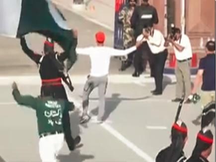 VIDEO: पाकिस्तानी गेंदबाज ने वाघा बॉर्डर पर किया ऐसा काम, BSF करेगी शिकायत