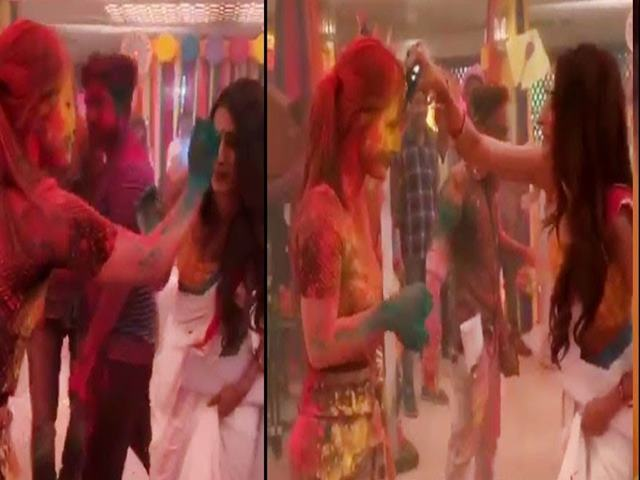 हिना खान ने इस कदर खेली Holi की पहचानना हुआ मुश्किल, 'कसौटी' के सेट से Viral हुए Videos