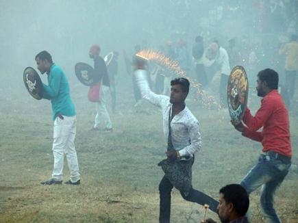 VIDEO गौतमपुरा में बरसे अग्निबाण, हिंगोट युद्ध के दौरान 20 से अधिक घायल