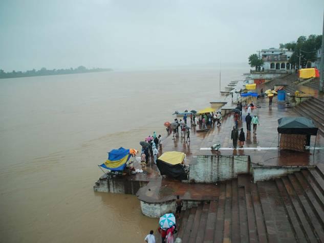 जोरदार बारिश से होशंगाबाद में नर्मदा उफान पर, जनजीवन प्रभावित