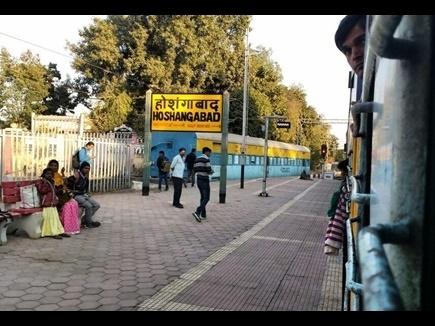 होशंगाबाद रेलवे क्रॉसिंग पर खराब हुआ ट्रक, छह घंटे तक प्रभावित रहा रेल यातायात
